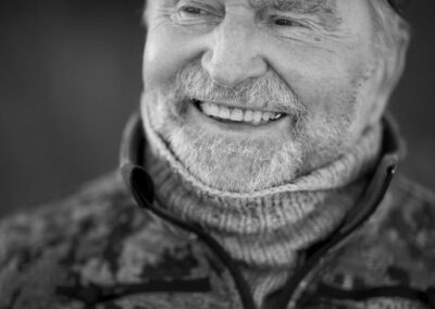 23-portraetfotografi-skaegget-mand-i-80erne-smiler-sixpence-ersted