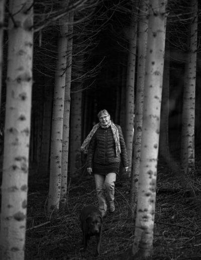 24-portraet-kvinde-i-skov-med-hund-ersted