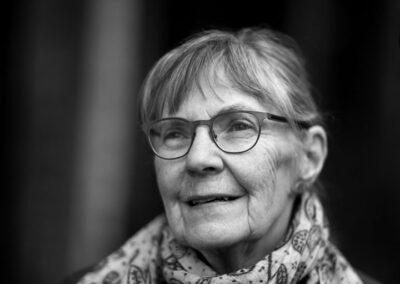 25-portraet-aeldre-kvinde-i-skov-ersted