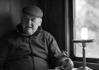 27-portraet-aeldre-mand-i-skurvogn-taget-indendoers-ersted