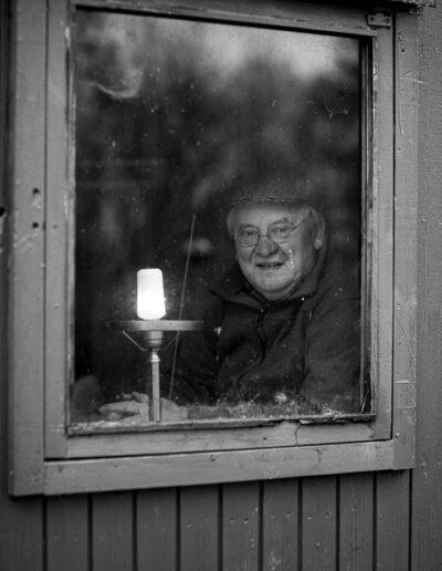 28-portraet-aeldre-mand-i-skurvogn-ersted