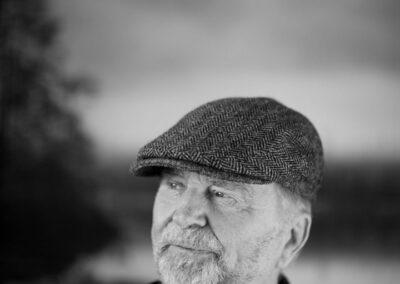 31-portraetfoto-eftertaenksom-skaegget-mand-i-80erne-kigger-ud-ersted