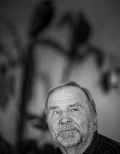 32-portraetfoto-skaegget-mand-i-80erne-kigger-op-ersted