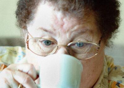 33-reportageportraet-Kvinde-i-70erne-drikker-kaffe