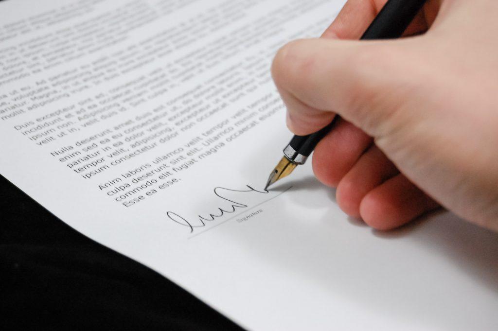Bilde av signering av leiekontrakt