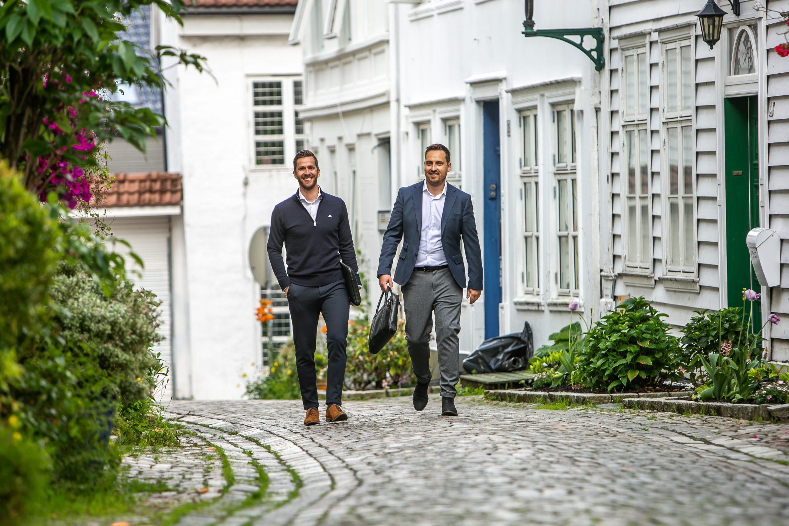 Thomas og Roger går opp langs en gate i Bergen
