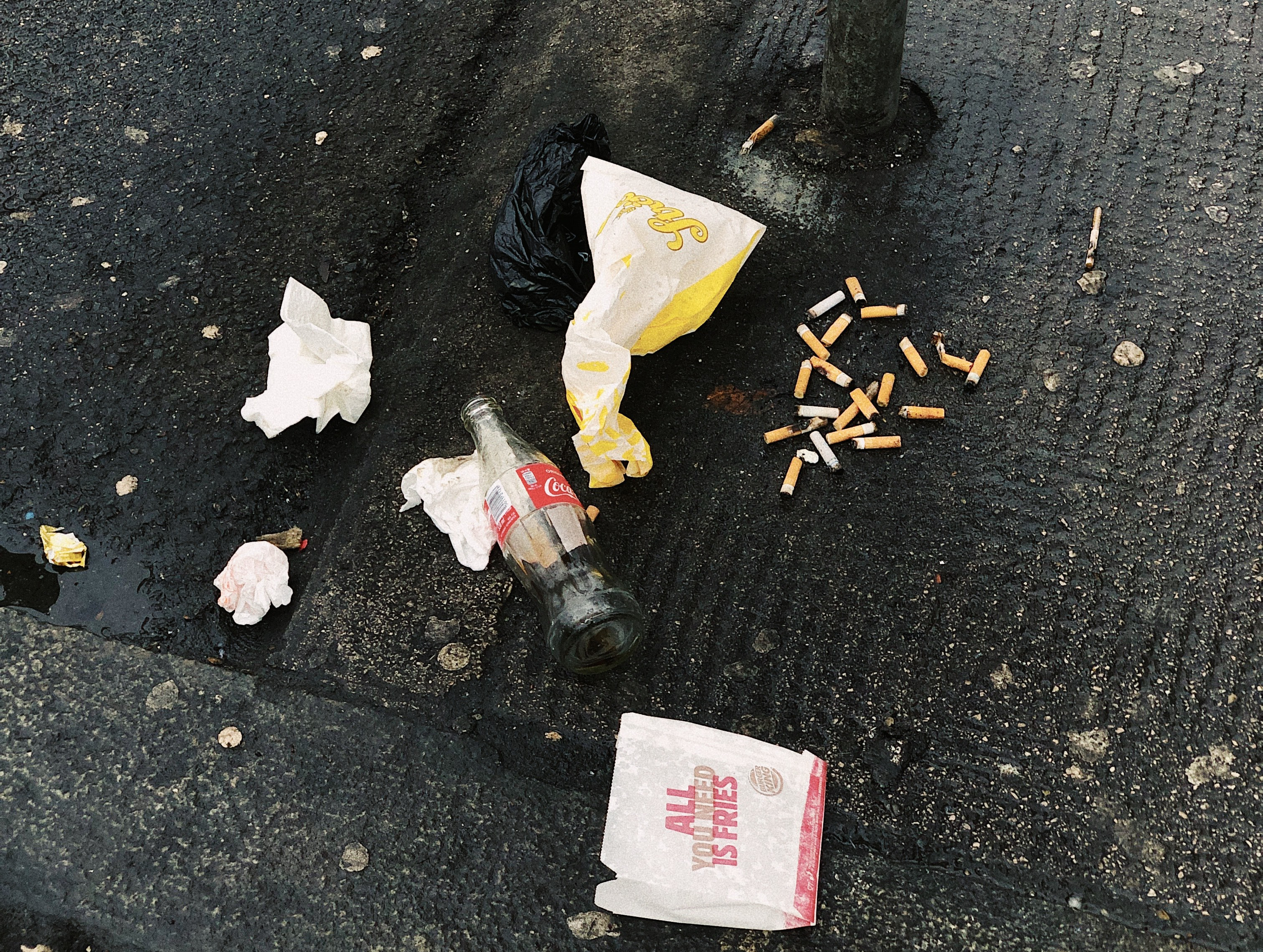 rot på bakken, fries, chips, cola flaske, søppel, papir, tyggis