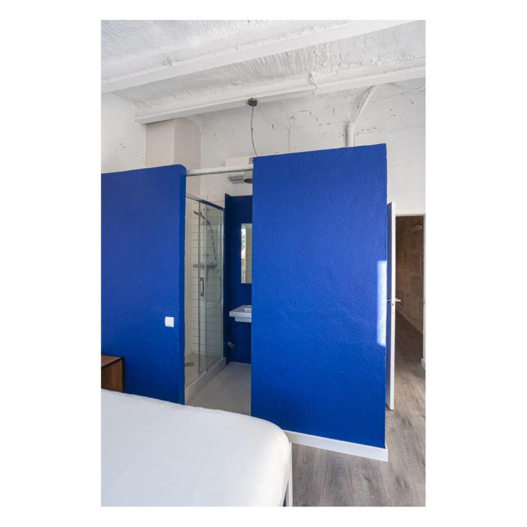 Proyecto reforma integral casa EstudioTinto EstudioTInto - Diseño proyectos arquitectura - baño principal azul reforma integral casa entre medianeras Bañolas Gerona