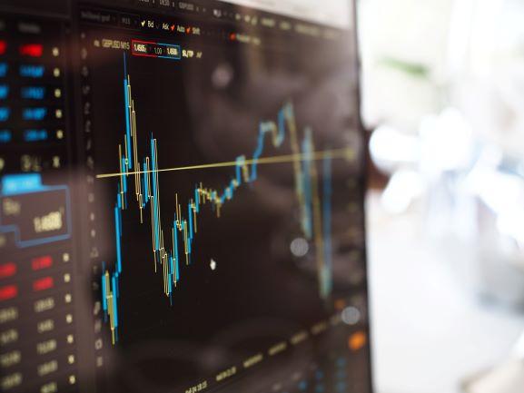 """Die Frage """"Was sind ETFs?"""" wird hier durch eine Investmentfonds-Kurve symbolisiert."""