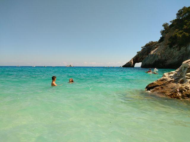 Wikifolio, Buch und Urlaub - hier der Strand von Cala Goloritze (oder besser Doloritze?) im August 2019