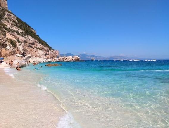 Wikifolio, Buch und Urlaub - hier der Strand von Cala Gabbiani im August 2019