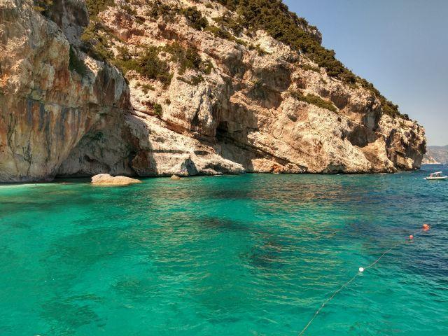 Wikifolio, Buch und Urlaub - hier der Strand von Cala Mariolu im Sommer 2019