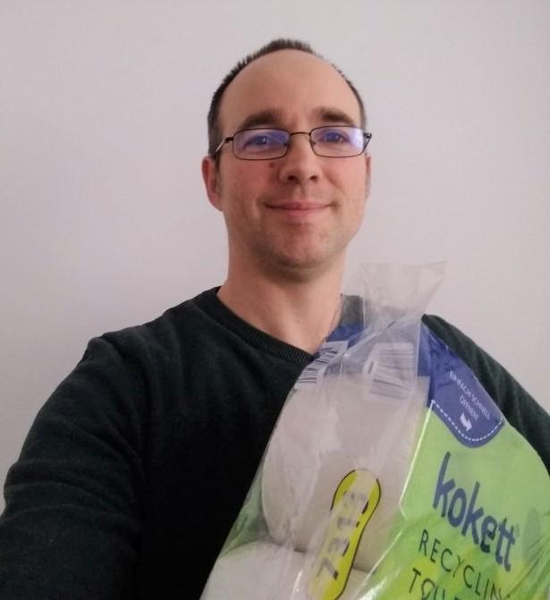 Der ETF-Yogi mit einer Packung Toilettenpapier, dem weißen Gold, im Arm. Die Aufnahme entstand kurz nachdem ich den Anteil von Klopapier in meinem Portfolio aufgestockt hatte.