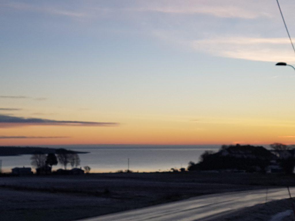 Utsikt utover Nevlunghavn fjorden tidlig morgen, sola kommer opp
