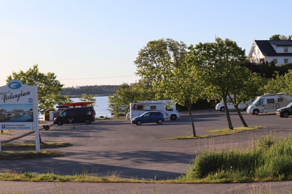 Bobiler på parkeringsplassen i Nevlunghavn