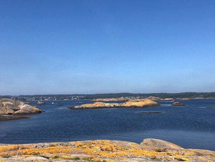 Rusk i forgasseren og nyter utsikten utover fjorden med Nevlunghavn i bakgrunnen