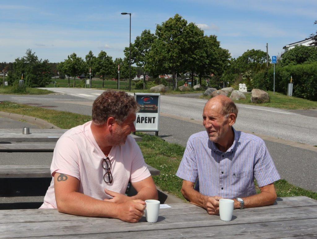 Erik Thorstein og Steinar Halvorsen i kaffe samtale Havna en loshavn