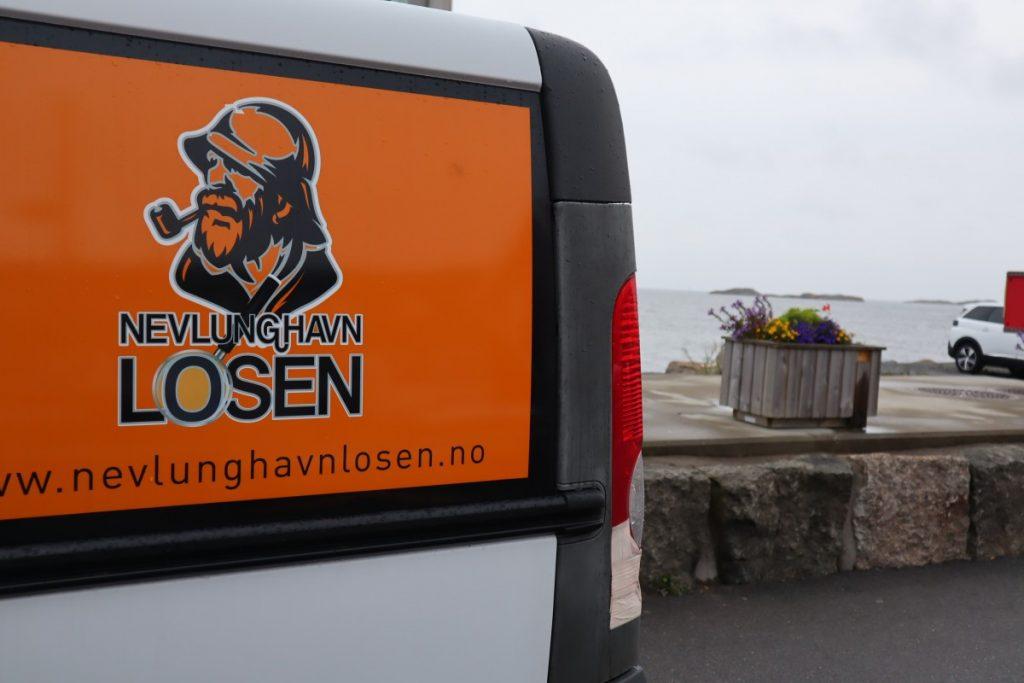 NevlunghavnLosen bil med logo på brygga