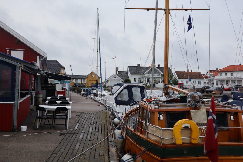 Båter tett i tett på fiskebrygga i Nevlunghavn