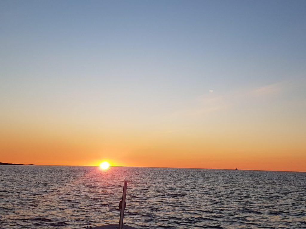 Tidlig morgen i oktober på vei ut på hummer fiske. Sola kommer opp