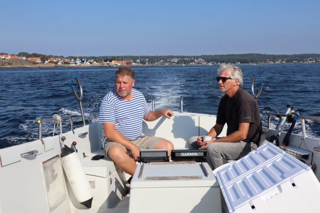 Jeg styrer båten mens lærer Bjørn viser vei og forklarer