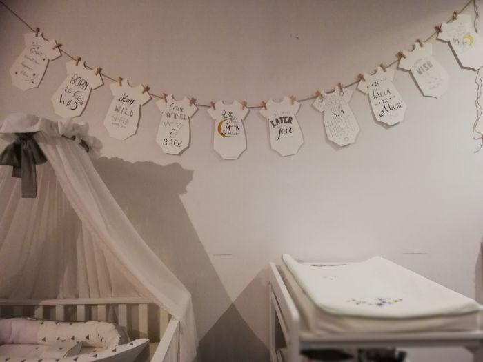 handletteren van rompertjes als versiering van de babykamer