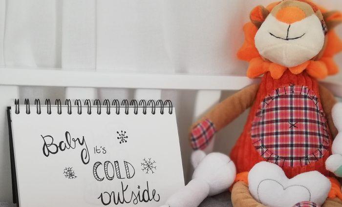 handletteren van mijlpaalkaarten: baby it's cold outside.