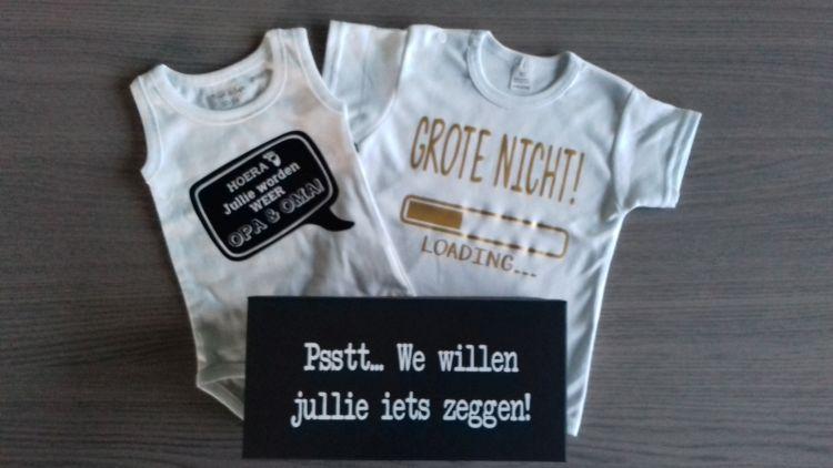 zwangerschap de aankondiging - rompertjes baby 'hoera jullie worden weer opa & oma' en 'grote nicht loading...'