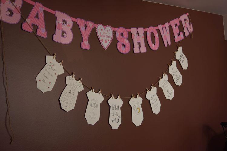 babyshower versiering en gehandletterde rompertjes