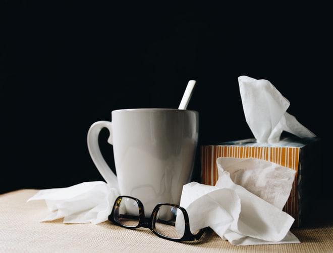doos zakdoeken met tas en bril