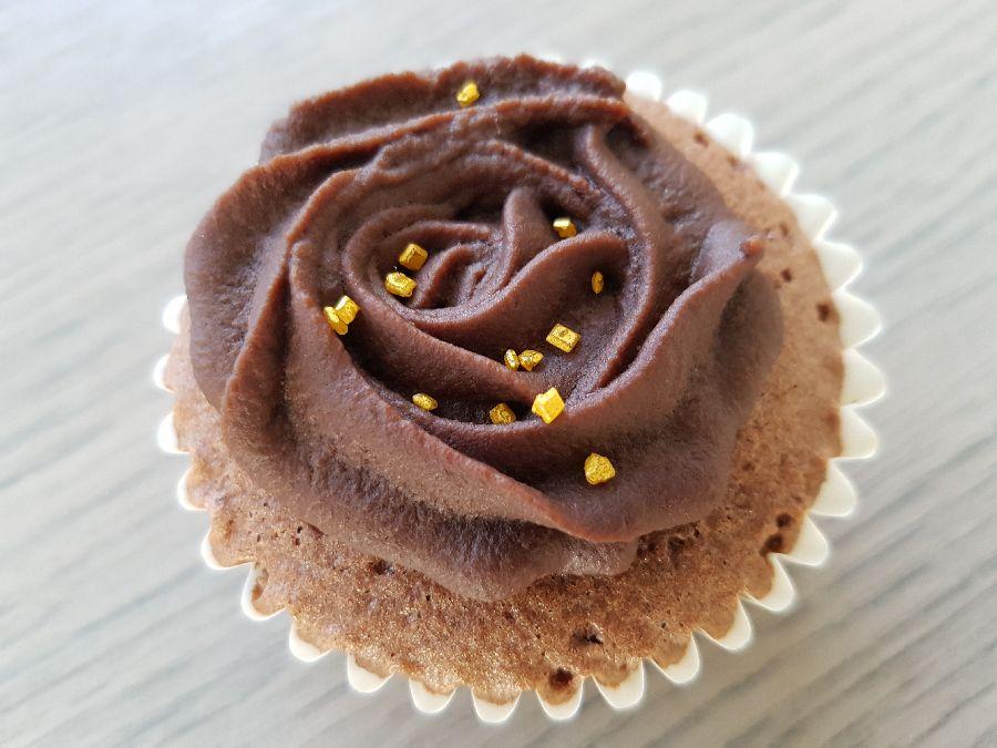 chocolade cupcake met chocoladeglazuur en gouden suikerdecoratie