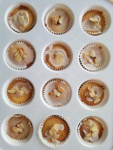 frangipane cupcakes afgewerkt met glazuur en amandelschilfers