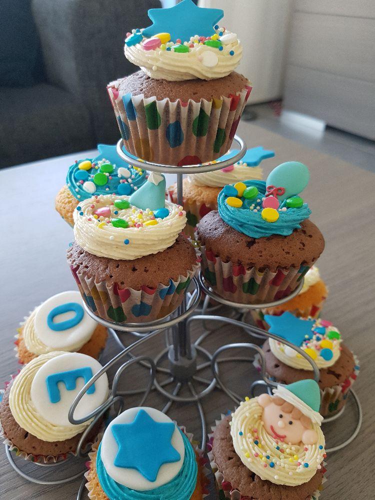 verjaardagscupcakes met botercrème en suiker topping