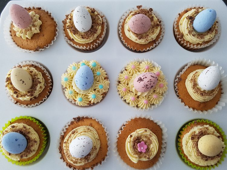 paas cupcakes gedecoreerd met zelfgemaakte botercrème en paaseitjes