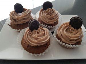 oreo cupcakes gedecoreerd met botercrème en oreo koekje
