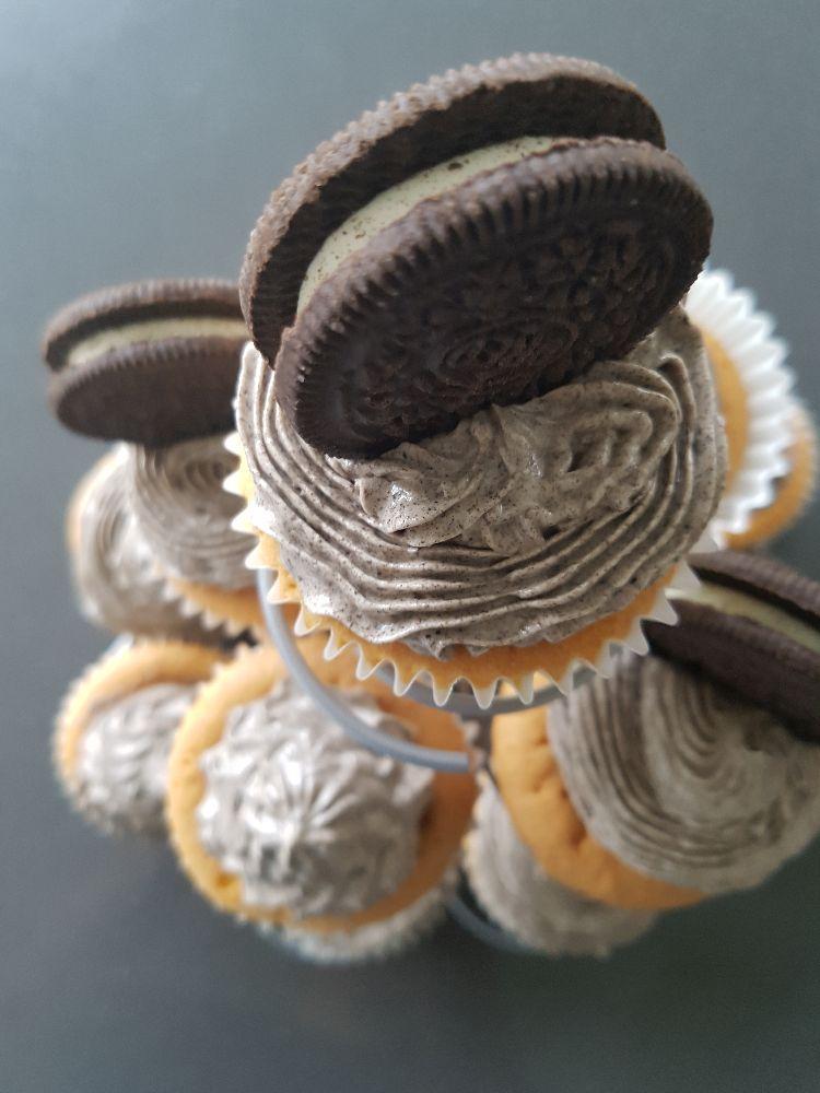 Swiss meringue botercrème in oreo cupcakes van bovenaf bekeken