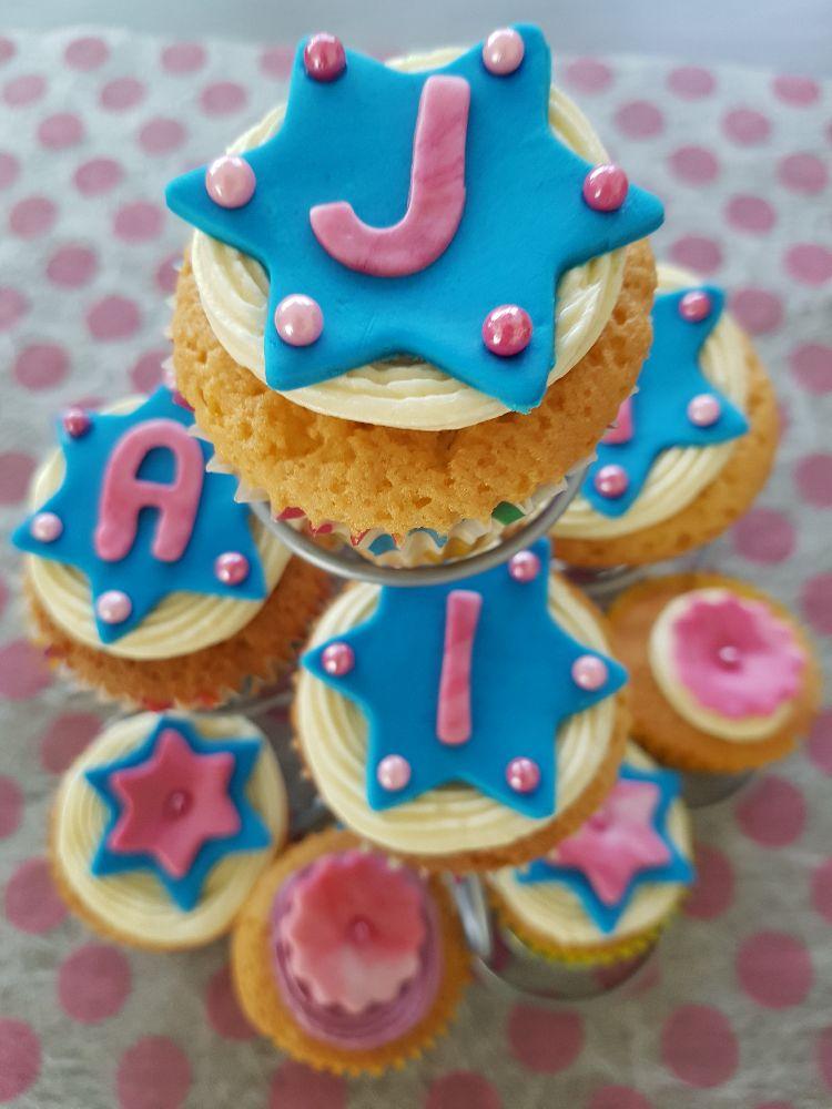 birthday party cupcakes: het eind resultaat van bovenaf bekeken.
