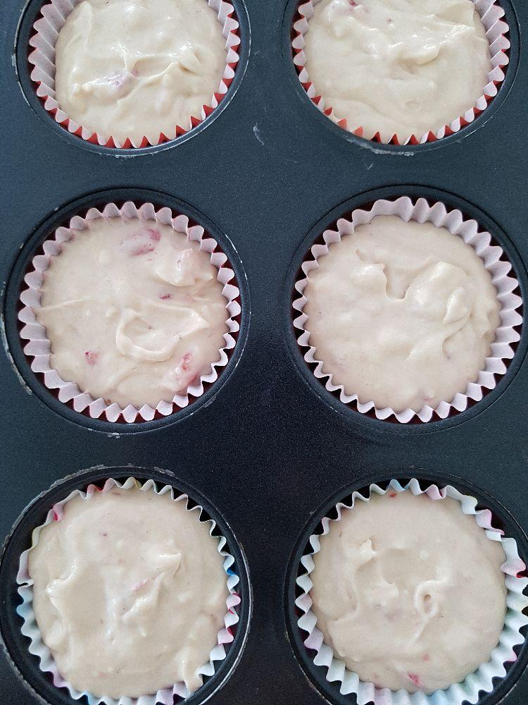 cupcakes   met witte chocolade en aardbeien vulling vooraleer ze in de oven gaan