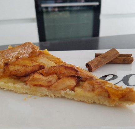 appeltaart met abrikozen confituur - stuk op schotel III