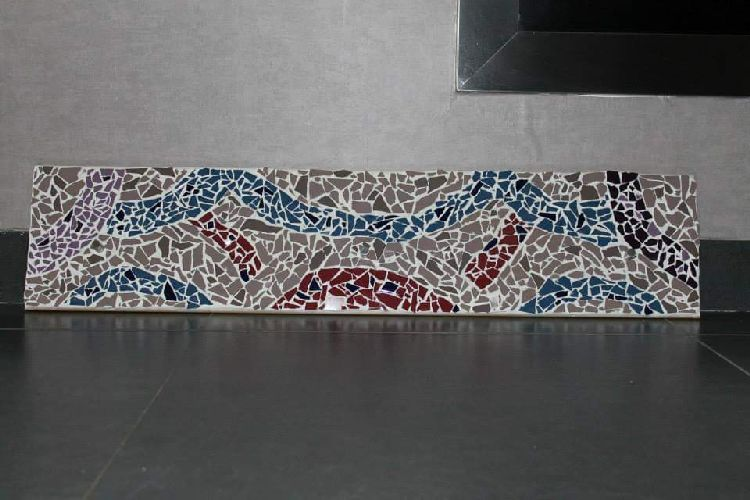 Een houten plank volledig met mozaiëk dat dient als kapstok I