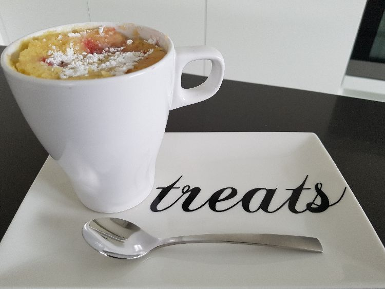 witte chocolade mug cake met aardbeien - op bord II