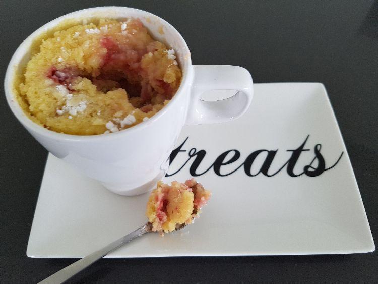 witte chocolade mug cake met aardbeien - hap op lepel