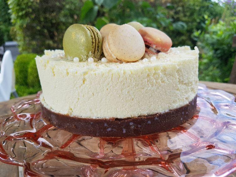 witte chocoladetaart met macarons