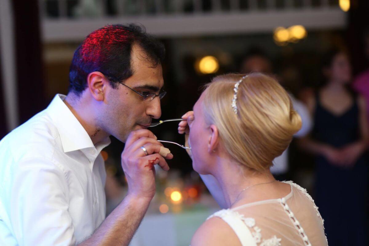 Das Genießen der Hochzeitstorte fotografiert von Event DJ Mark