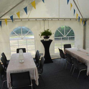 13. Privat: Hyrda tält, bord, stolar och ståbord med stretchöverdrag.