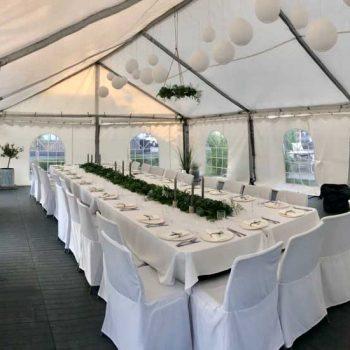 18. Privat: Bröllop i hyrt tält med bors, stolar med överdrag, dukar, glas, porslin etc.