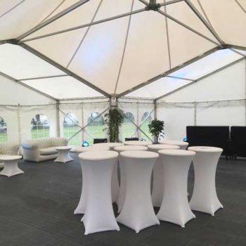 19. Privat: Tält med loungmöbler och ståbord med stretch-överdrag att hyra.