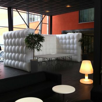 46. Sony Mobile Communications: Mässvägg, bord, lampor och loungemöbler att hyra.