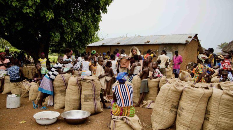 På besøg i en af de landsbyer, hvor kvinderne var samlet med sheanødderne til AAK. Top foto til artiklen i POV International.