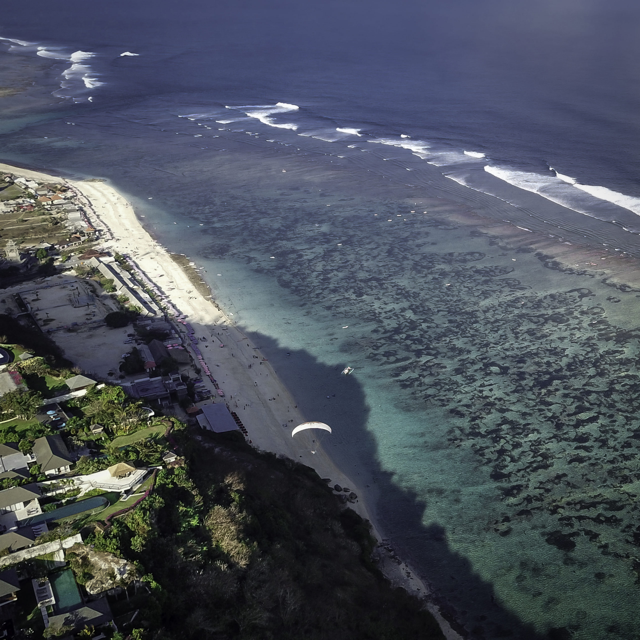 Paragliding droneshot dronefoto Bali Uluwatu Bukit peninsula